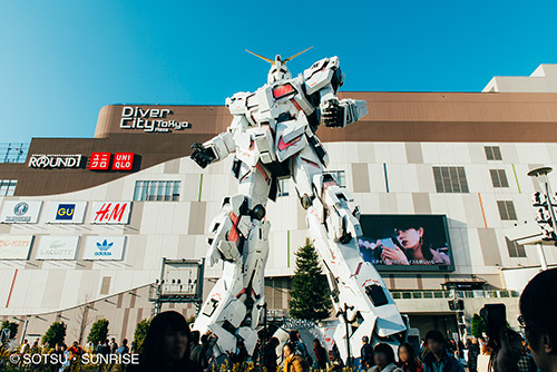 The life-sized Unicorn Gundam Statue in Odaiba.  ©SOTSU, SUNRISE